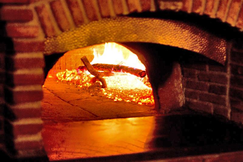 Pizze in forno a legna