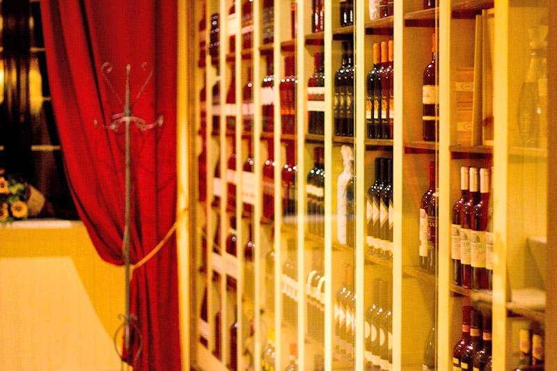 La vetrina Vini del Ristorante La Cantina dei Briganti