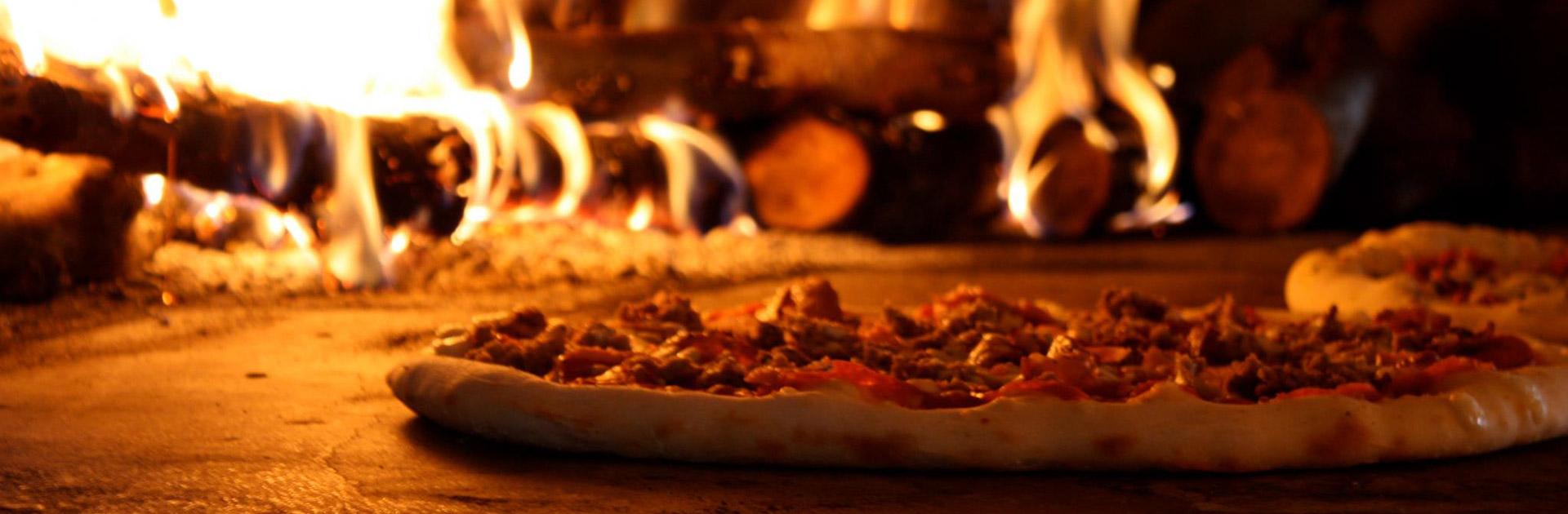 Pizze cotte in forno a legna